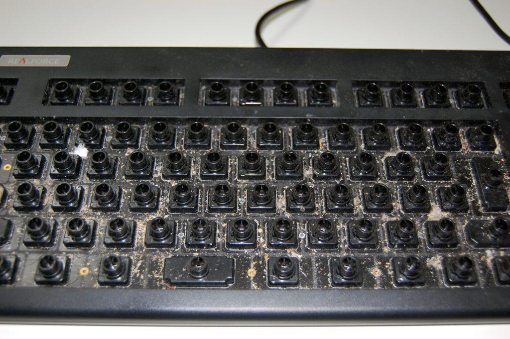 掃除前のキーボードのベース